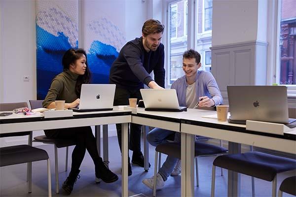 3 studenten die samen aan het werk zijn