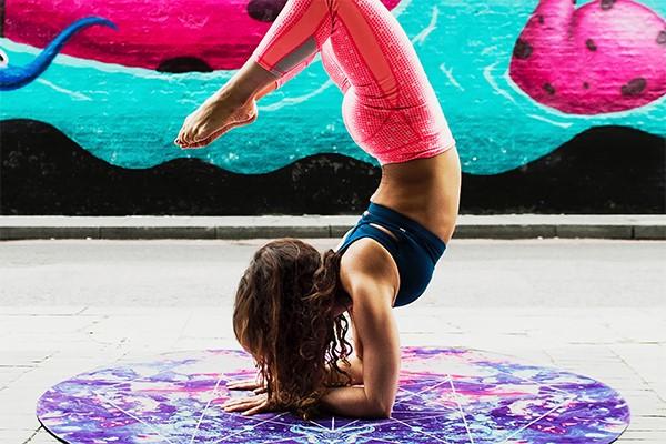 mevrouw doet yoga en is fit