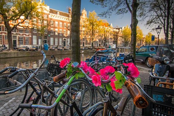 gestalde fietsen aan de gracht in amsterdam