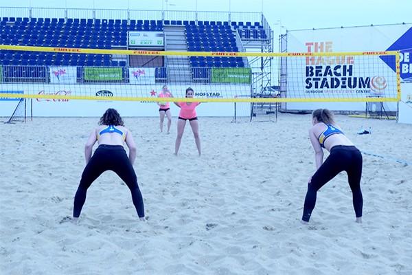 beachvolleybalster op een beachvolleybal veld
