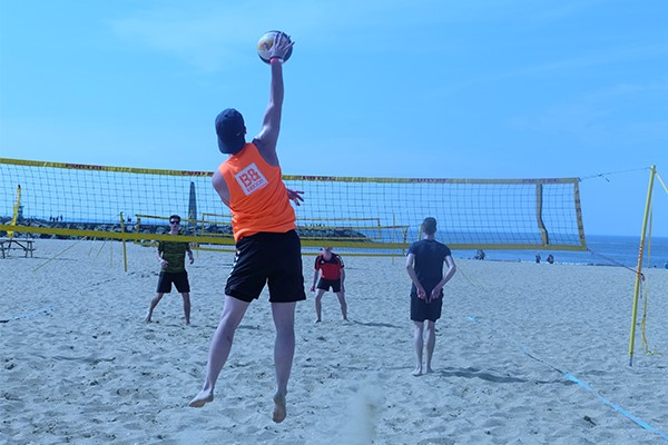 beachvolleyballer op het strand