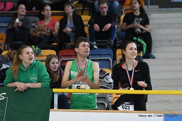 Winnaar Ruben Samson (3.000 meter) midden; winnares Eveline Saalberg (200 en 400 meter) rechts.
