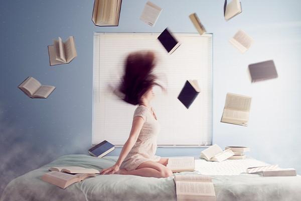 meisje op bed met boeken abstract
