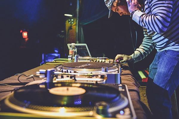 DJ die muziek draait op een feest