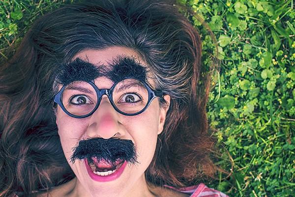 meisje met bril met wenkbrauwen en snor