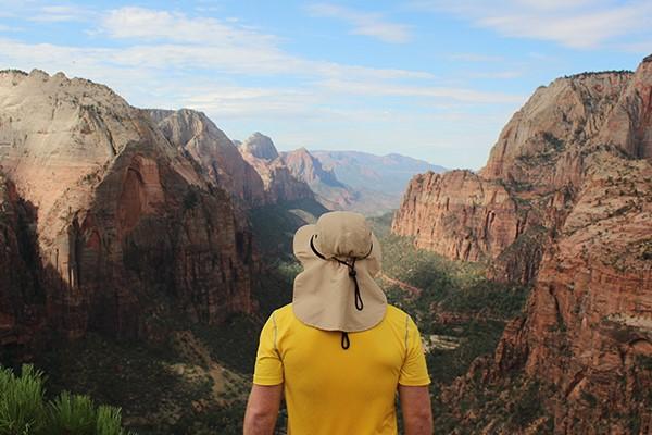 reiziger met uitzicht op een kloof