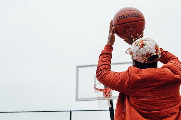 Basketballende jongen