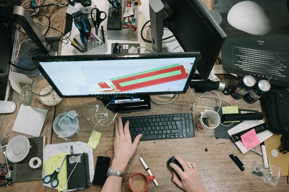 rommel op een bureau met een computer en toetsenbord