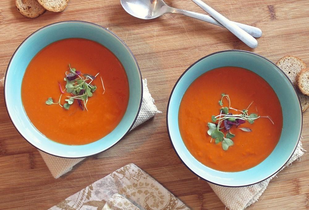 twee kommen met tomatensoep