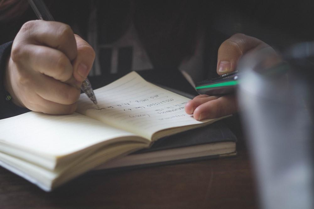 studerend persoon met pen en notititieblok