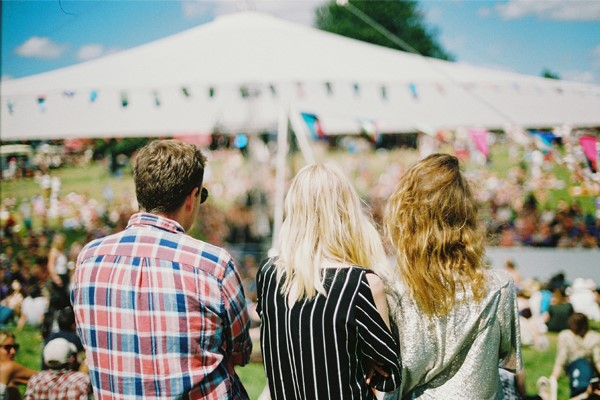 festival studenten kijken