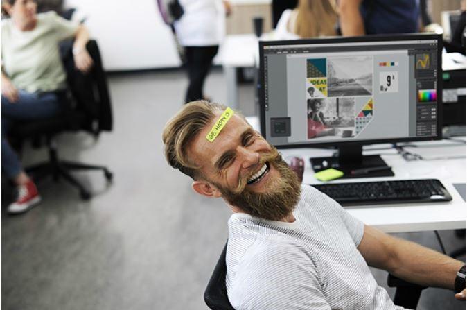 lachen-man-werk-computer-bureau-werkvloer