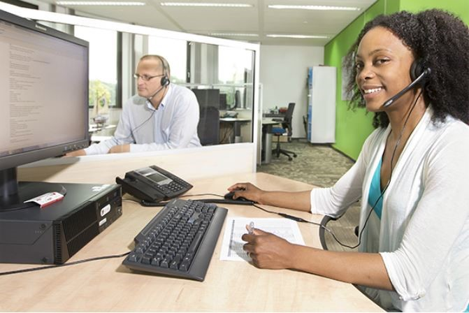 headset-vrouw-achter-bureau