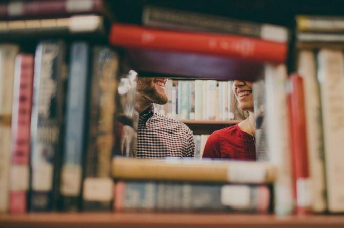 boeken-student-praten-man-vrouw
