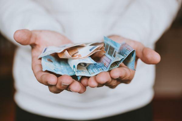 geld handen studieschuld studenten betalen