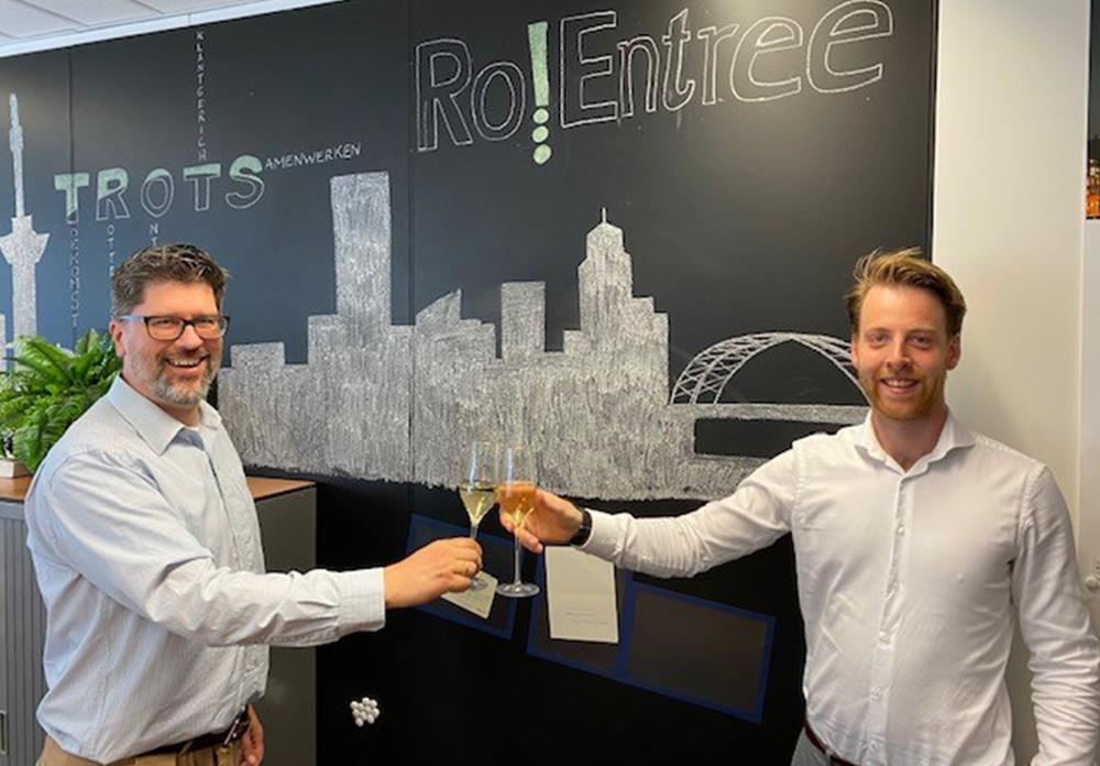 Marijn Hoogteijling, manager bij Ro!Entree, en Tim Meijer, business consultant bij SUSA, proosten op de samenwerking